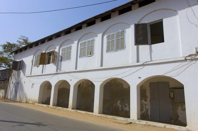 La région de Ziguinchor est située à 12°33' Latitude Nord et 16°16' de Longitude Ouest, déclinaison magnétique 13°05. Son altitude 19,30m dans la partie Sud-ouest du Sénégal occupe une superficie de 7339 km2 et est limitée au Nord par la République de Gambie, au Sud par la République de Guinée Bissau, à l'Est par la Région de Kolda et à l'Ouest par l'Océan Atlantique.