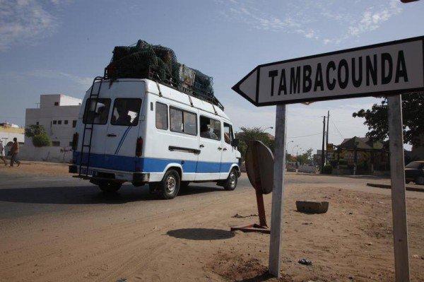 A 467 km de Dakar, Tambacounda est la plus grande ville de l'est du Sénégal, chef-lieu du département de Tambacounda et de la région de Tambacounda. La région est limitée : au Nord par la République Islamique de Mauritanie et les régions de Louga et de Matam, au Sud par la région de Kédougou, à l'Est par la République du Mali et la République Islamique de Mauritanie, à l'Ouest par la République de Gambie et les régions de Kolda et de Kaffrine.