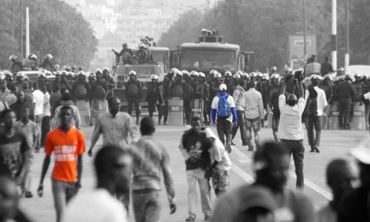 Le Sénégal est un pays de paradoxes démocratiques. Chaque élection présidentielle fait brusquement monter la tension, les médias s'inquiètent, les esprits s'échauffent, la guerre des chiffres et le jeu des postures électrisent l'espace public